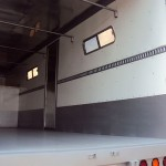 Ventanas laterales: Para dar mayor ventilación a la caja. <br> Zoclo de lámina que ayuda a proteger la carrocería.
